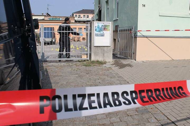 Tatort Fatih-Camii-Moschee an der Hühndorfer Straße. Immer wieder sperrte die Polizei ab, suchte Spuren. Dabei ging es offenbar drunter und drüber.