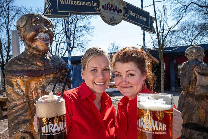 Die Kellnerinnen Sindy Taizs (34, l.) und Anne Schneeberg (33) bedienen die Gäste Rene Schmitt (52, l.) und Wilhelm Pfaff (72) im Miramar.