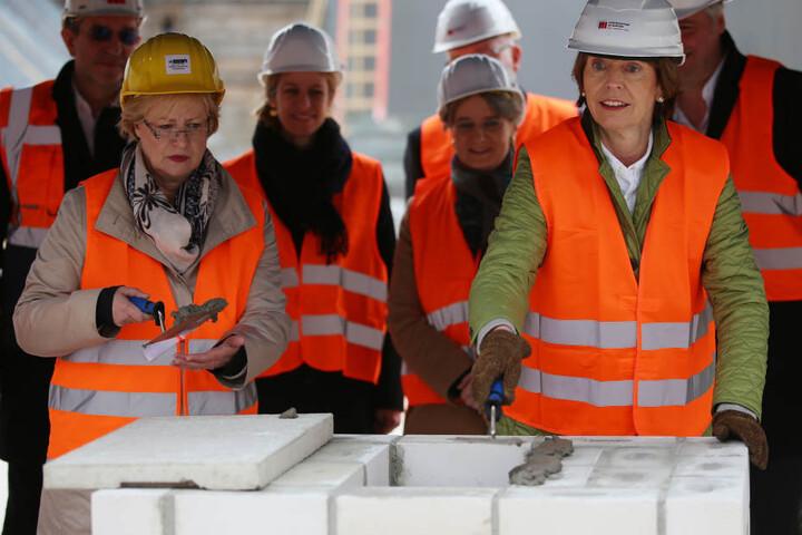 Kölns OB Henriette Reker bei bei der damaligen Grundsteinlegung für das neue Stadtarchiv (re.).