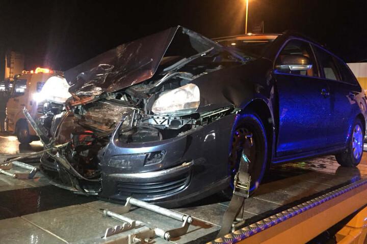 Der VW wurde bei dem Unfall komplett zerstört.
