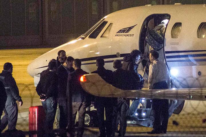 """Istanbul: Der aus der Haft entlassene """"Welt""""-Journalist Deniz Yücel (2.v.r) besteigt mit einer Gruppe von Begleitern auf dem Flughafen eine Maschine."""