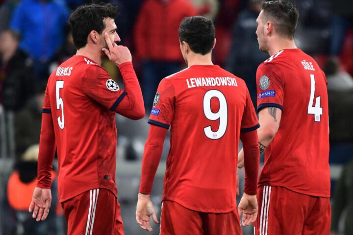 Nach dem Spiel: Münchens Mats Hummels (l-r), Robert Lewandowski und Niklas Süle diskutieren die 1:3-Niederlage.