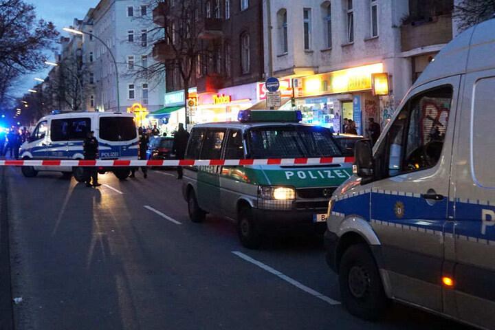 Die Polizei sperrte den Tatort vor dem Spätkauf ab.