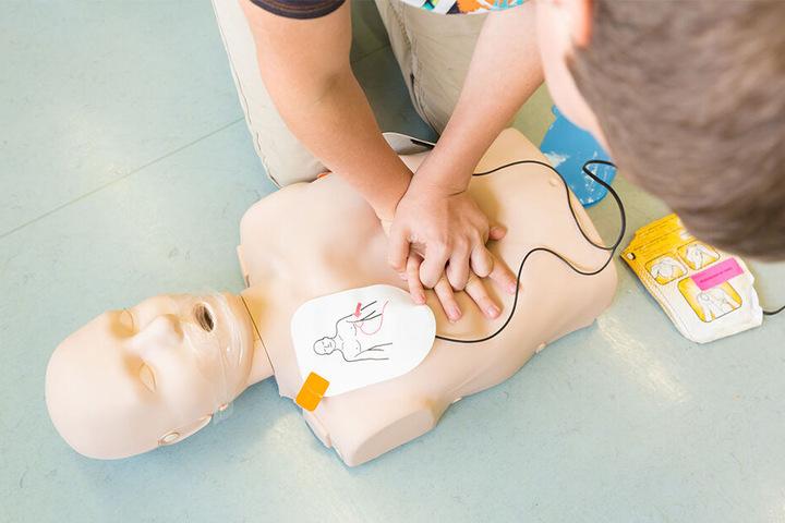 Die praktischen Übungen zur Wiederbelebung wurden an Puppen durchgeführt.