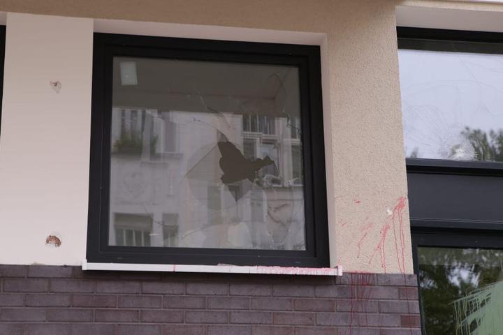Mit Farbbomben und Pflastersteinen richteten die Täter massive Schäden an den Neubauten an.