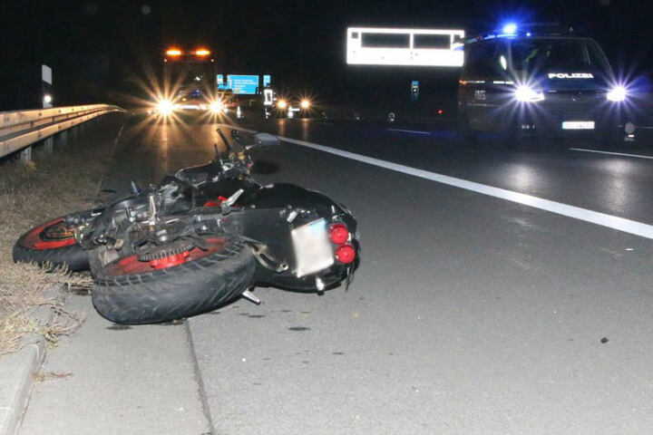 Das Motorrad liegt auf dem Seitenstreifen der Autobahn.