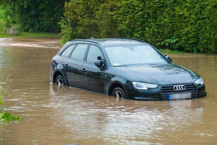 Ein Audi blieb mitten in den Fluten stehen.