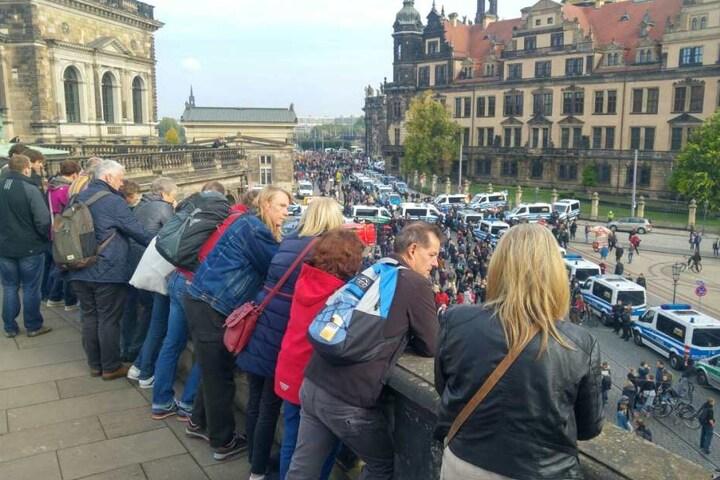 Vom Zwinger aus betrachten Passanten, was heute in Dresden passiert.