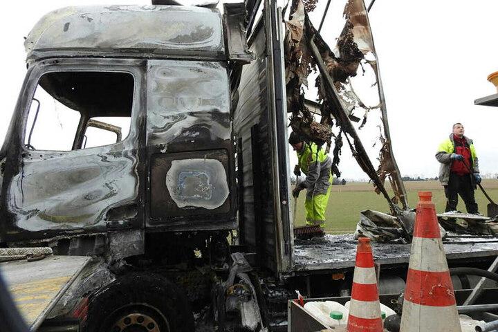 Der Fahrer des brennenden Lastwagens konnte sich glücklicherweise retten.