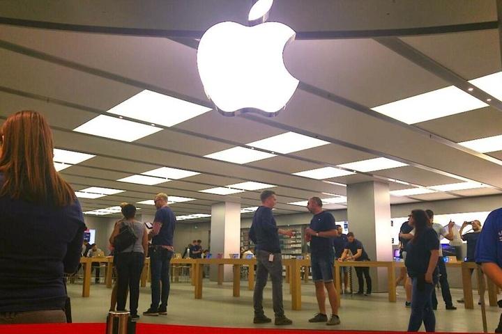 9 Uhr im Apple-Store: Viele Mitarbeiter, streng abgezählte Kunden.