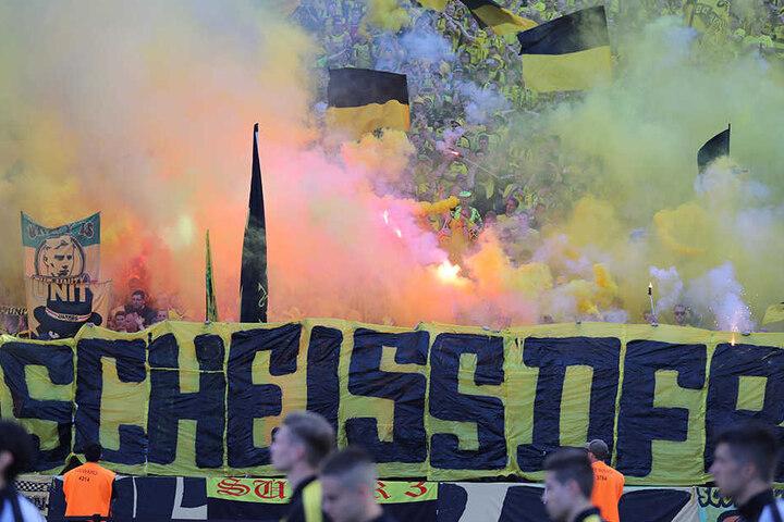 Der DFB prüft nun auch Konsequenzen für derartige Banner.