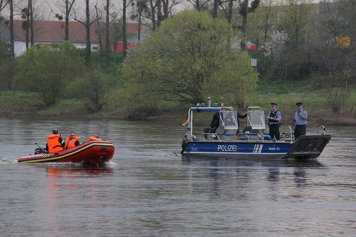 Einsatzkräfte der Feuerwehr und Polizei suchten nach dem versunkenen VW Golf.