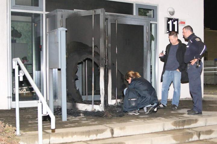 Ermittler der Polizei sichern Spuren am Tatort.