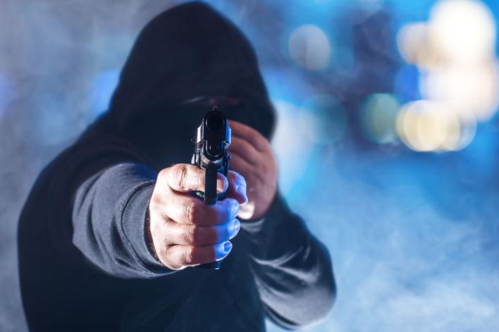 Der Täter bedrohte den Tankwart mit einer Pistole (Symbolbild).