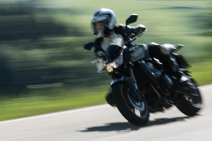 Ein Motorradfahrer verstarb bei einem schrecklichen Unfall in Dessau-Roßlau. (Symbolbild)