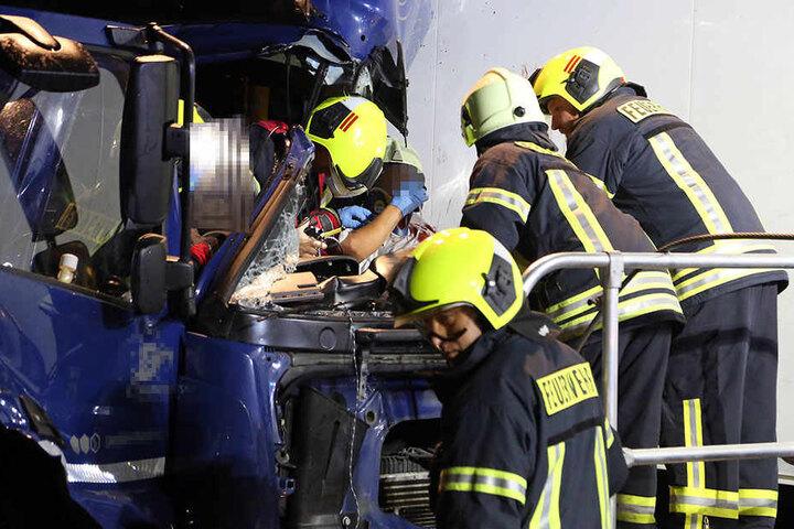 Mit schweren Verletzungen kam der Lkw-Fahrer ins Krankenhaus.