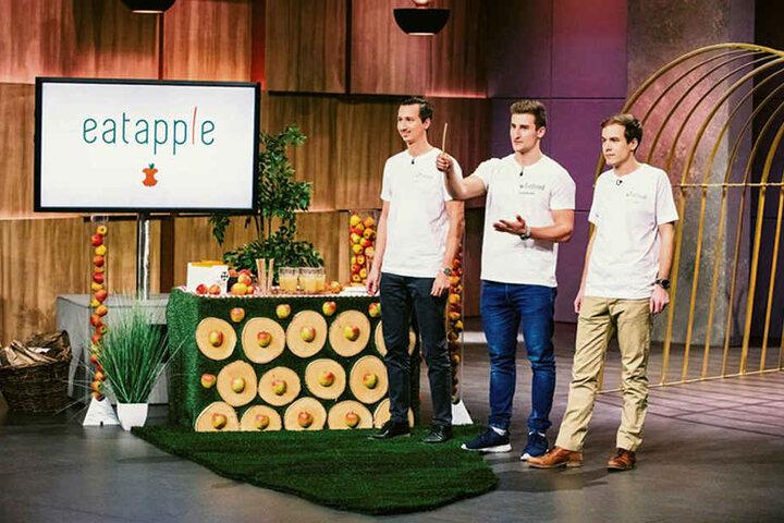 """Danilo Jovicic (29), Konstantin Neumann (21) und Philipp Silbernagel (26, von l. nach r.) präsentierten ihren Strohhalm bei """"Die Höhle der Löwen""""."""
