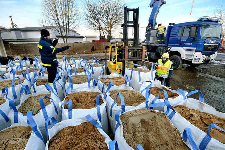 Schon im Vorfeld wurden Säcke mit Sand gefüllt, um einen Schutzwall zu errichten.