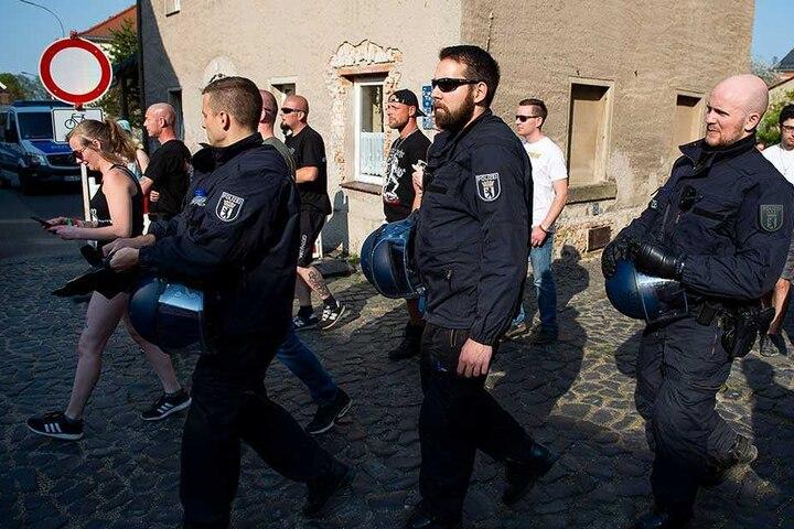 Polizisten sichern den Durchgang von Besuchern des Neonazi-Festivals.
