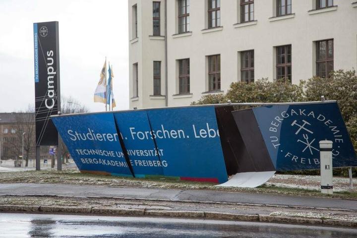 Ein Schild der Bergakademie Freiberg wurde durch den Sturm abgerissen.