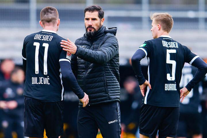 """Haris Duljevic (l.) und Dzenis Burnic (r.) klatschten mit Trainer Cristian Fiel ab. Den üblichen Spruch """"gut gespielt!"""" gab es mit Sicherheit nicht zu hören."""