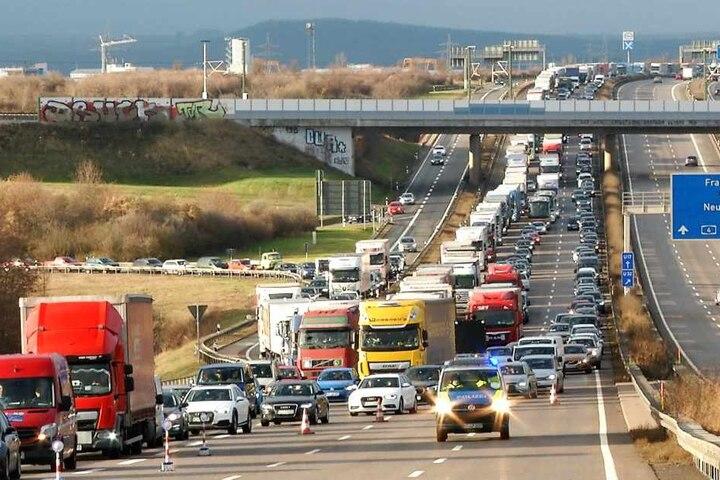 Auf der A4 ist derzeit nur eine Spur frei.