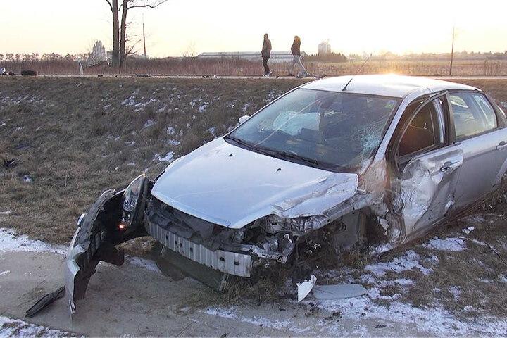 Eines der Fahrzeuge wurde von der Straße in den Graben geschleudert.