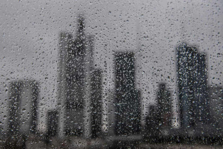 Auch die Frankfurter Skyline könnte am Wochenende im Regen versinken.