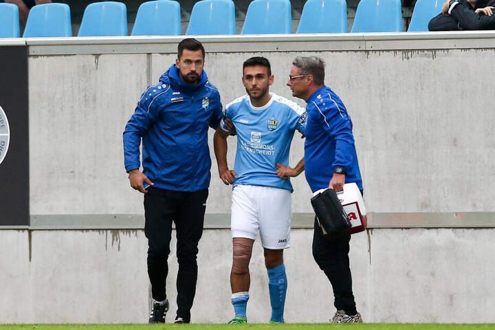 Ioannis Karsanidis (M.) wird von den Physiotherapeuten Florian Braband (l.) und Olaf Renn gleich medizinisch betreut.
