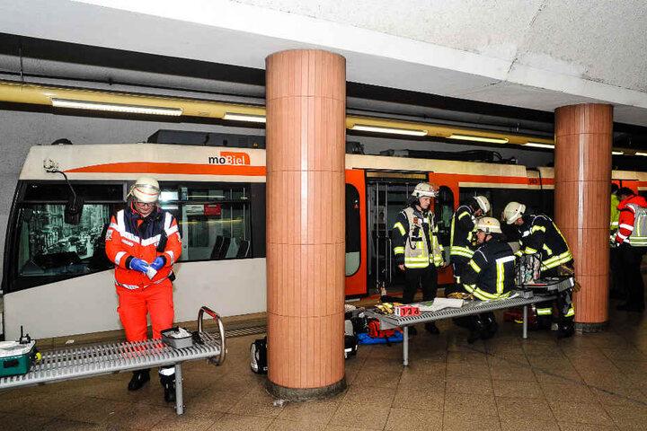 Die Bahn musste angehoben werden, um den Schwerverletzten zu bergen.