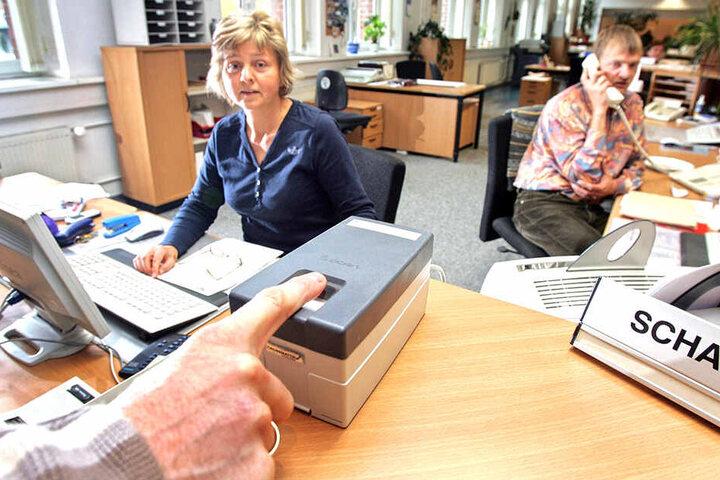 Im Bürgeramt der Stadt Chemnitz werden für die Ausstellung biometrischer Reisepässe Fingerabdrücke gescannt. Diese sensiblen Daten wollen die Behörden künftig besser schützen.
