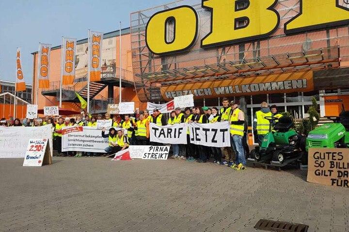 Die Kunden wurden vor dem OBI Weissig von den Streikenden empfangen.