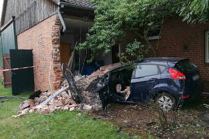 Das Auto kam aus noch ungeklärter Ursache von der Straße ab und krachte in das Wohnhaus.