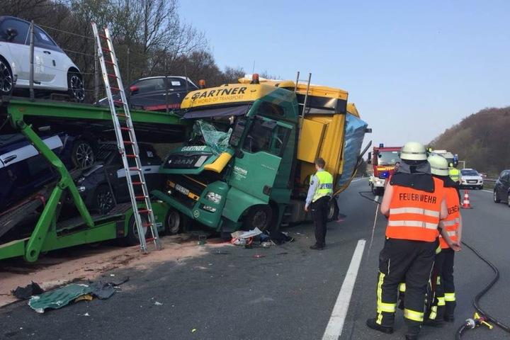 Der rechte Fahrstreifen ist nach dem Unfall dicht.