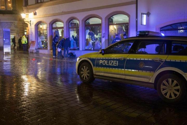 Die Polizei sicherte nach der Tat Spuren in der Petersstraße.