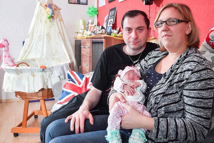 Papa Nico (33), Mama Denise (30) und ihr kleiner Sonnenschein: Den Namen von Lukas' Schwester wollen die glücklichen Eltern für sich behalten.