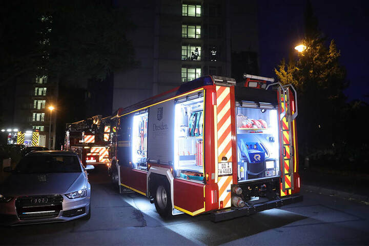 Mehrere Einsatzfahrzeuge stehen in der Rosenbergstraße.