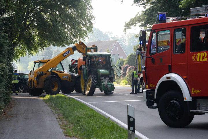 Ein Kran musste den Traktor wieder aufrichten.