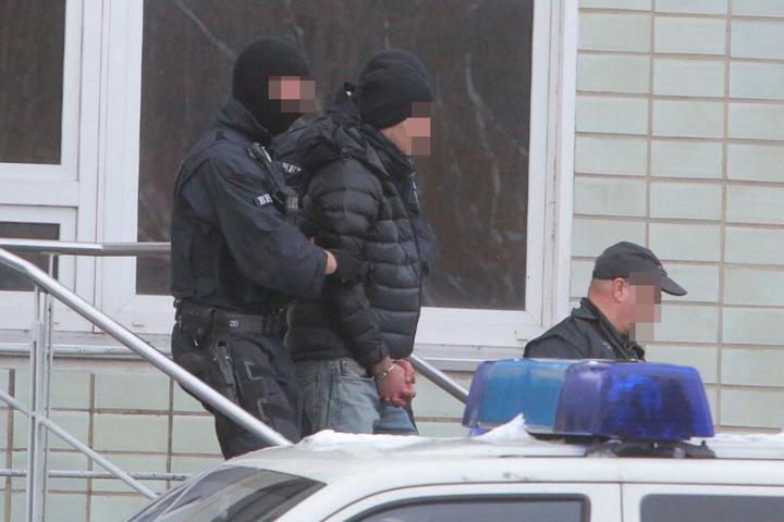 Drei Personen wurden an der Strehlener Straße am Mittwochmorgen festgenommen und weggebracht.