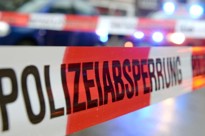 """Ein Flatterband mit der Aufschrift """"Polizeiabsperrung"""". (Symbolbild)"""
