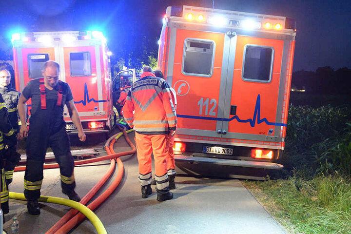 Notärzte kümmerten sich um die fünf Bewohner, die sich noch ins Freie retten konnten.