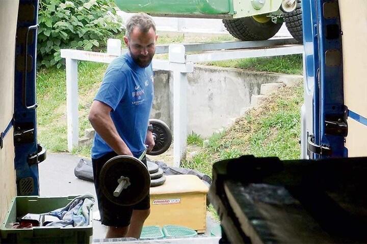 Da werden sich die Keeper aber freuen: Torwarttrainer Max Urwantschky nimmt auch Hanteln und Gewichte mit.