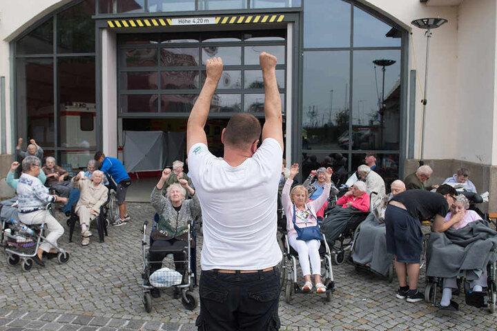 """""""Und hoch die Arme!"""": Damit sich die Senioren der betroffenen Pflegeheime nicht langweilen, gab es Frühsport für alle."""
