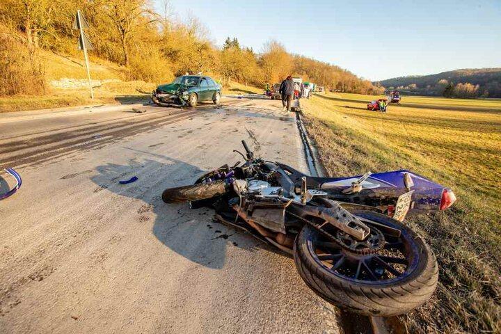 Der Fahrer dieses Motorrads ist in einer Kurve mit einem Auto zusammengestoßen.