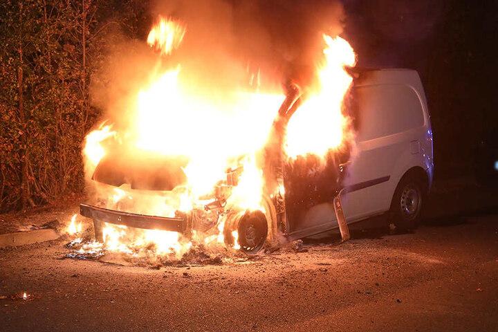 Der Renault stand nachts in Flammen.
