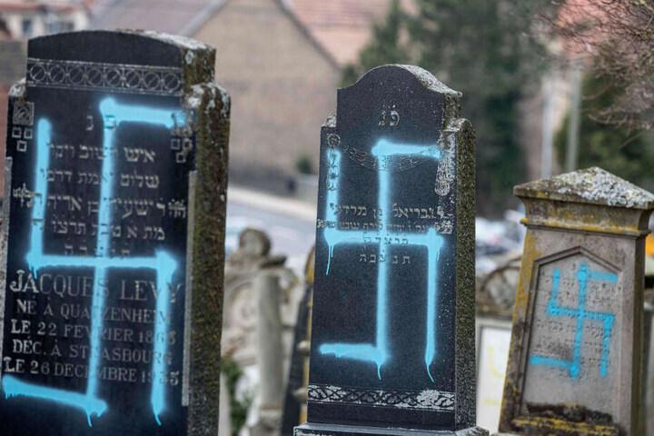 Die mit Hakenkreuz beschmierten Grabsteine im elsässischen Quatzenheim bei Straßburg.