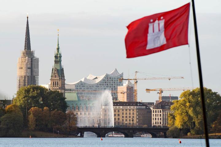 Eine Hamburg Flagge weht am 29.10.2016 an der Außenalster in Hamburg, im Hintergrund sind das Rathaus, die Elbphilharmonie und die Alsterfontäne zu sehen. Die wachsende Stadt Hamburg erfreut sich eines hohen Wohlstands und baut fleißig.