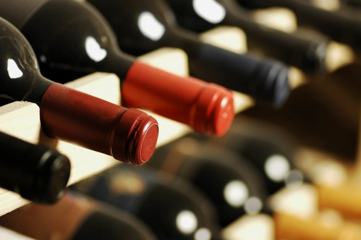 Hunderte Weinfalschen fielen um. (Symbolbild)