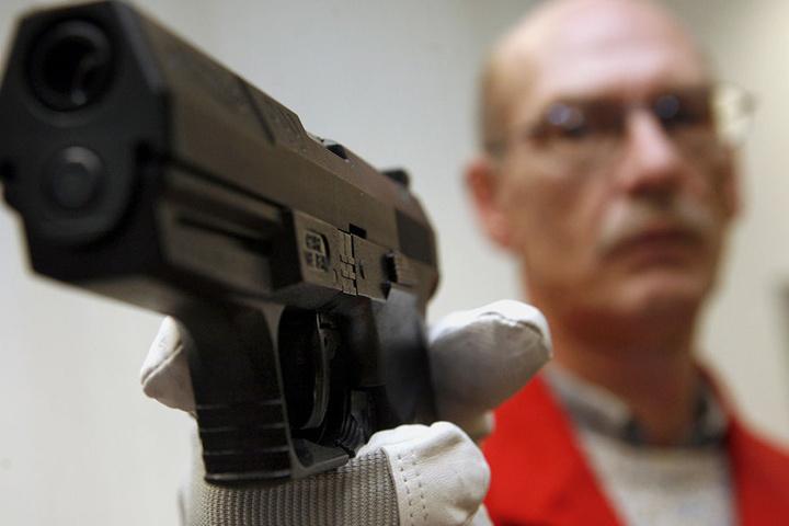 Solch eine Spielzeugwaffe hatte der Familienvater für seinen Raubzug genutzt. Erraubte Beute: 1,3 Millionen Euro (Symbolbild).