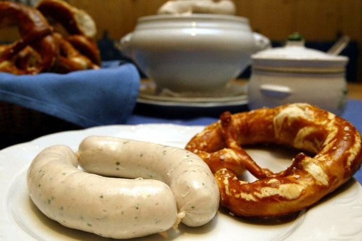 Wer die Weißwurst zum Platzen bringt, kann sich in der bayerischen Küchen nicht sehen lassen. (Symbolbild)